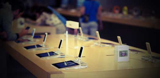 Демонстрационный стенд с iPhone и iPad