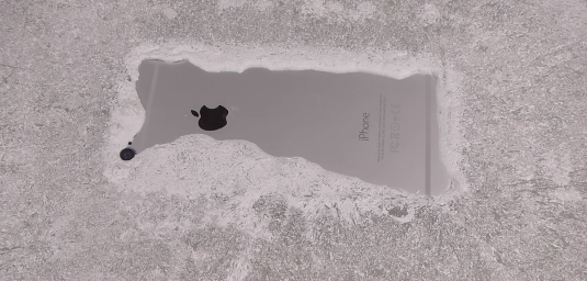 iPhone упал в снег