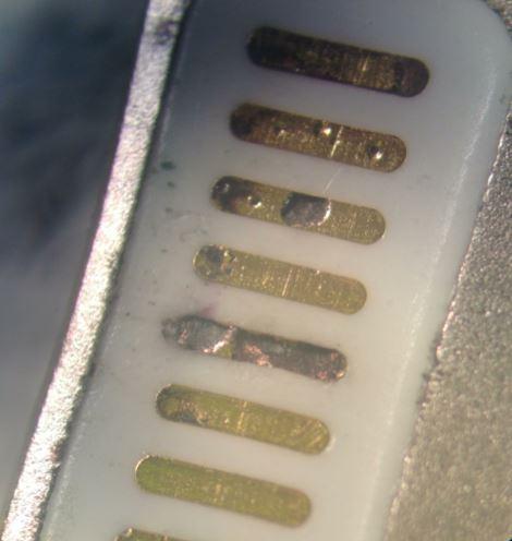 Почерневший коннектор Lighting-провода