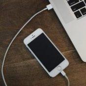 При отсоединении от компьютера iPhone перезагружается